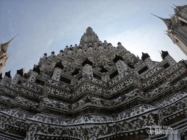 Wat Arun terkenal dengan potongan keramik dan porselen yang menghiasi dinding bangunannya