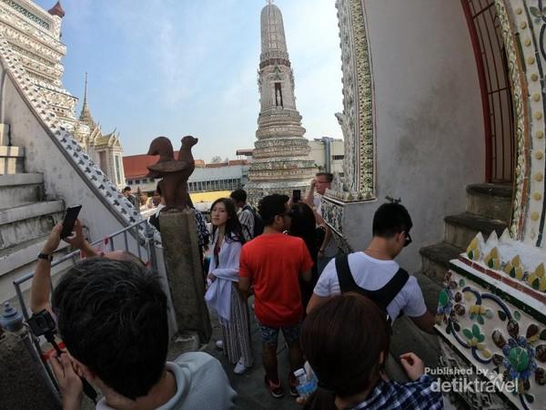 Jelang siang, semakin banyak wisatawan yang memadati Wat Arun
