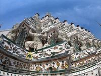 Patung dewa setan atau Marn Bak yang menghiasi Wat Arun