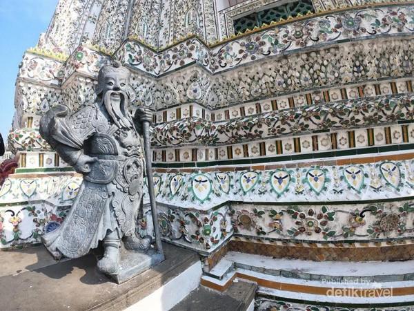 Di bagian lantai dasar bisa ditemukan patung yang menyerupai tentara Tiongkok kuno