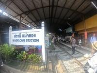 Kereta yang melewati pasar berangkat dari stasiun bernama Maeklong
