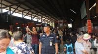 Tidak seperti stasiun di Indonesia yang aksesnya dibatasi, setiap orang bisa keluar masuk dengan bebas ke area stasiun