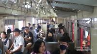 Bagian dalam gerbong menyerupai kereta ekonomi di Indonesia