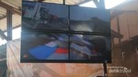 Deretan layar CCTV yang memantau jalur perlintasan yang bersinggungan dengan pasar Samut Songkhram