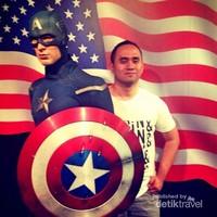 Berfoto dengan Captain America alias Chris Evans