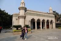 Foto Bentuk Hati Bersama Sahabat dari China di Depan Masjid Qingjing, Quanzhou, China