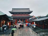 Megahnya pintu Kuil Sensoji