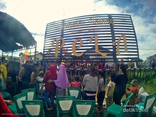 landmark desa wisata Pela. disini Pusat kegiatan wisata desa pela seperti festival Danau Semayang.