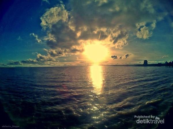 jangan lewatkan momen matahari tenggelam di danau semayang.