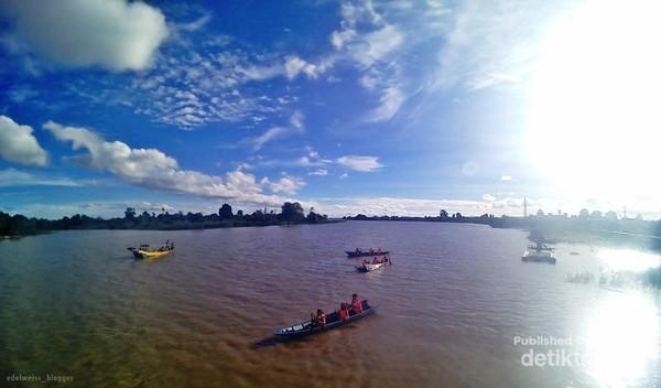 bermain perahu dayung sambil melihat pesut hilir mudik adalah keistimewaan yang hanya bisa didapatkan saat berwisata ke Desa Pela.