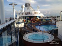 pemadangan dari Dek 16 Kapal Pesiar Ovation of The Seas