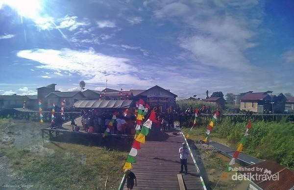 Dermaga selamat datang di Desa Wisata Pela. Jangan lupa berfoto di sini.