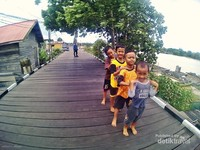Desa Wisata Pela berada di tepian sungai yang menghubungkan Danau Semayang dengan Sungai Mahakam. Jalanannya kayu dan banyak keramba ikan.