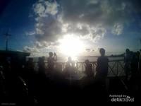 Siapkan kameramu untuk mengabadikan keindahan matahari tenggelam di cakrawala Danau Semayang.