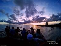 Ajak teman dan keluarga untuk menikmati momen matahari tenggelam di Danau Semayang. Lebih asyik lagi kalo berwisata ke Desa Pela dengan menggunakan kapal wisata pesut dari Kota Samarinda.