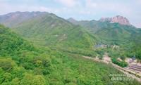 Panorama alam di Gunung Soerak yang terdiri dari hutan rindang dan bukit-bukit batu.