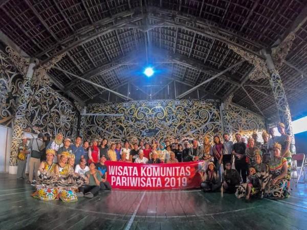 Foto bersama seluruh komunitas pariwisata kalimantan timur di Lamin Pemung Tawar Desa Adat Lekaq Kidau, Sebulu, Kutai Kartanegara.
