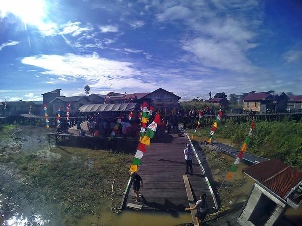 Landmark desa wisata Pela yang menjadi pusat kegiatan festival Danau Semayang. jangan lewatkan berfoto dan berwisata di desa pela yang indah.