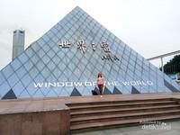 Penampakan di depan Window of the World