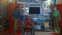 Berfoto di Ruang Pameran Sejarah Melayu di Museum Balaputradewa