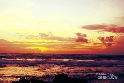 Senja Merah Merona dari Desa Sawarna