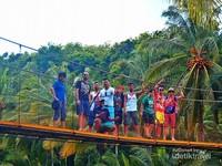 Jembatan Gantung di Desa Sawarna