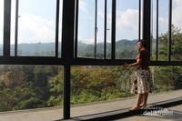 Sekeliling ruangan berdinding kaca dengan jendela berukuran besar , membuat pengunjung dapat menikmata suasana dengan leluasa.