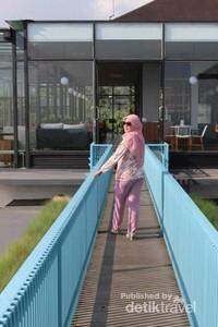 Terdapat jembatan yang instagramable di bagian luar .