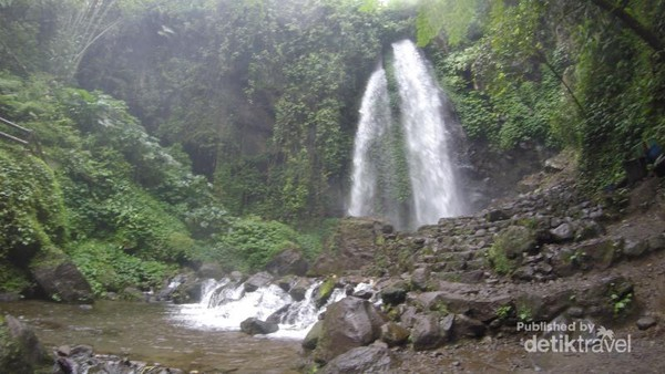 Air terjun Jumog, wisata alam ini terketak diluar kota Solo. Dengan menempuh perjalanan selama 1 jam lebih dari kota Solo, kita dapat menikmati segarnya air terjun ini.