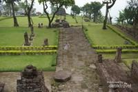 Candi Sukuh, sebuah komplek candi Hindu. Berbagai relief terpahat indah diaetiap bangunannya. Pengunjung yang memasuki tempat ini wajib mengenakan kain bermotif kotak-kotak hitam putih yang sudah disediakan.