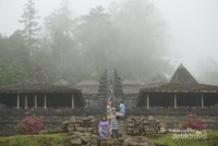 Candi Cetho, candi ini terletak tidak jauh dari candi Sukuh. Bangunannya memiliki usia yang tidak jauh berbeda dengan candi Sukuh. Tempat ini banyak dikunjungi turis asing.