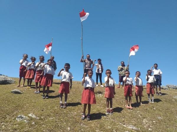 Adi Samara Merayakan HUT RI-74 Bersama anak-anak desa Fatuulan.