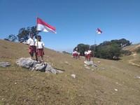 Mereka mengibarkan bendera merah putih diatas perbukitan fatuulan.