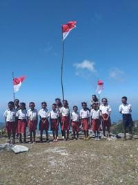 Anak-anak desa fatuulan menyambut kemerdekaan Republik Indonesia dengan penuh sukacita.