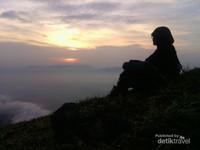 memandang matahari terbit di puncak Gunung Guntur