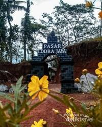 Gapura masuk Pasar Lodra Jaya. Sengaja dibuat menyerupai Candi Arjuna yang ada di dataran tinggi Dieng, untuk sekaligus mempromosikan lokasi wisata tersebut.