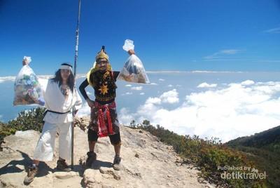 Saat Gatot Kaca dan Wiro Sableng Ikut Upacara 17-an di Gunung Lawu