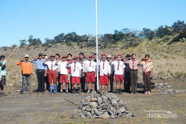 Anak-anak Sekolah Dasar yang berwajah tua ikut upacara juga.