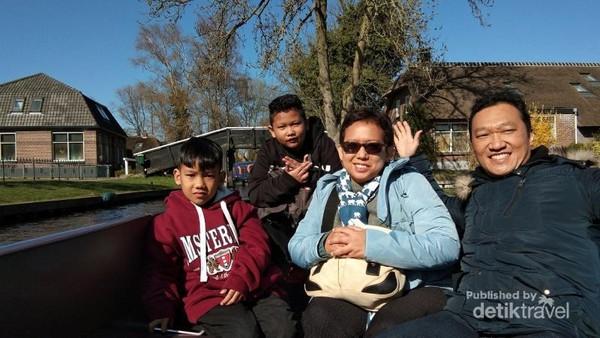 Naik perahu di desa Giethoorn. Giethoorn ini lebih indah dan nyaman. Desa ini hanya dihuni sekitar 3.000 orang.