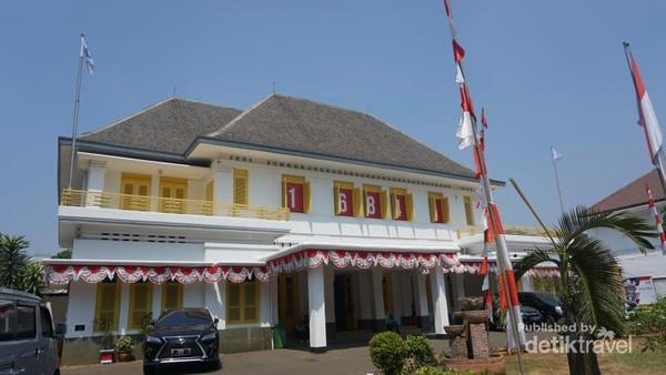 Bangunan 2 lantai bergaya art deco ini dibangun pada tahin 1920-an. Saat itu bangunan ini merupakan rumah Laksamana Muda Tadashi Maeda.