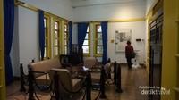 Ruangan pertemuan,setiba dari Rengasdengklok diruangan ini Ir.Soekarno, Moh.Hatta dan Mr.Ahmad Soebardjo diterima oleh Laksmana Maeda pada pukul 22.00.