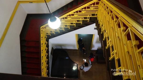Ruangan dibawah tangga ini merupakan tempat Sayuti Melik mengetik naskah proklamasi yang sudah disetujui.