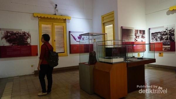 Lantai 2 dari museum ini menyimpan koleksi buku, piringan hitam dan benda sejarah lainnya.
