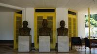 Di bagian teras belakang terdapat patung tiga tokoh penting dibelakang terbentuknya naskah proklamasi.
