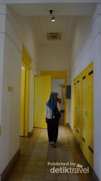 Kondisi bangunan ini terjaga dengan baik, terlihat dari cat dinding putih bersih dan semua pintu serta jendelanya berwarna kuning.
