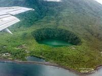 Pemandangan Danau Tolire Besar dan Kecil dari ketinggian saat akan mendarat
