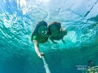 Berenang di Pantai Jokomolamo yang jernih