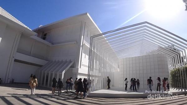 Begitu sampai di Jogja National Museum, traveler akan disambut bangunan dengan nuansa serba putih.