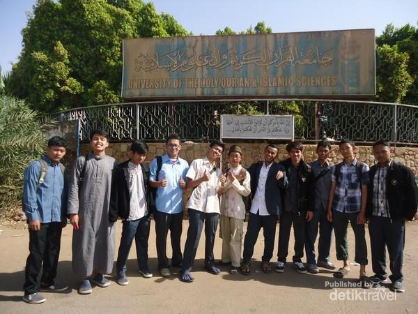 Di depan lingkungan kampus University of Holy Quran and Islamic Sciences. Masjid Nilein berada di dalam lingkungan kampus ini.