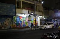 Begini suasana Jalan Gatot Subroto saat toko-toko telah tutup,